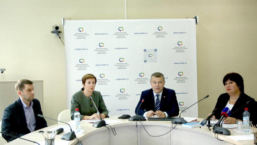 В видеоселекторе с ТИКами приняла представитель Центризбиркома Клавдия Бородулина (справа)