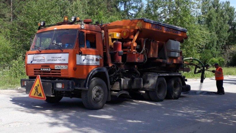 Фото из архива Плесецкого дорожного управления. Ямочные ремонты в Плесецком районе, 2018 год