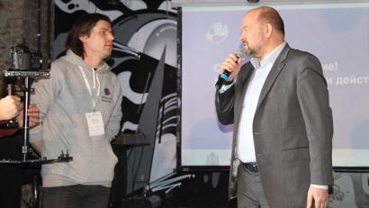 Игорь Орлов с участником одной из проектных команд