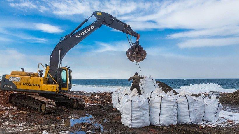 Очистка острова Хейса, Земля Франца-Иосифа, 2014 год. Фото Николая Гернета