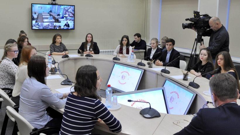 В режиме видеоконференцсвязи все участники отборочного тура одновременно получили тему эссе