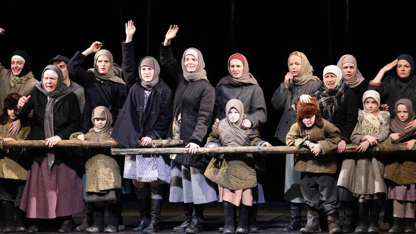 Сцена из спектакля «Братья и сёстры». Фото Павла Кононова
