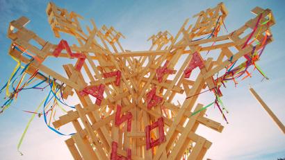 Все скульптуры сделаны из дерева с использованием традиционных северных орнаментов