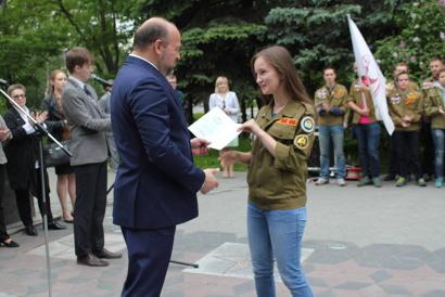 Игорь Орлов вручает трудовые путёвки командирам студенческих отрядов