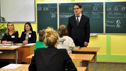 Юрий Гнедышев проинспектировал подготовку и организацию проведения первого испытания выпускников архангельской школы №36