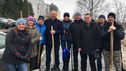 Первый весенний городской субботник поддержал и губернатор Игорь Орлов