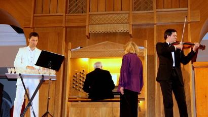 На сцене – скрипка и «стеклянная арфа» в сопровождении органа