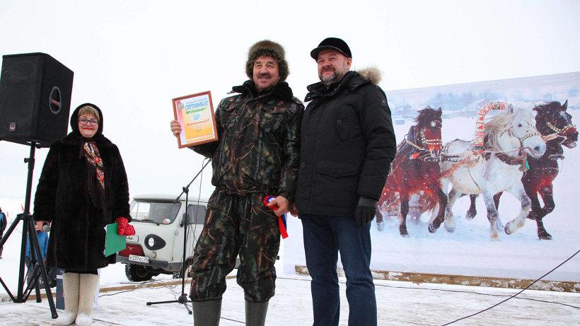 Губернатор Игорь Орлов вручил победителю  подарочный сертификат на 25 тысяч рублей