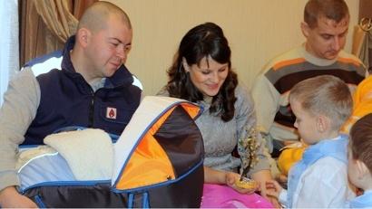 В Ленском районе воспитанники детского сада «Незабудка» вручили родителям малышей деревце счастья, сделанное своими руками
