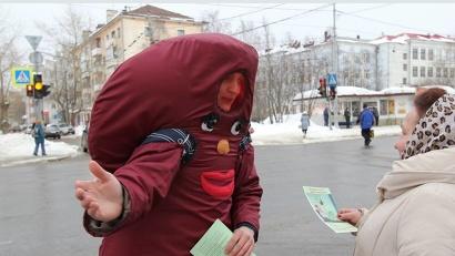 На перекрестке улицы Гайдара и Троицкого проспекта медики раздавали информационные материалы о профилактике заболеваний почек