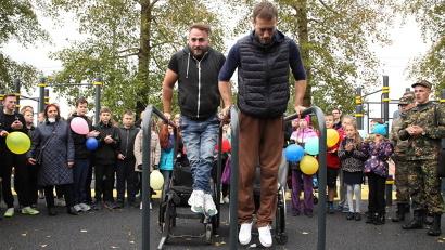 Первыми спортплощадку опробовали организаторы движения параворкаута в России Станислав Бураков и Александр Чувашев.