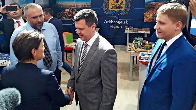 Ану Брнабич встречали заместитель председателя правительства региона Евгений Фоменко и министр экономического развития области Семён Вуйменков