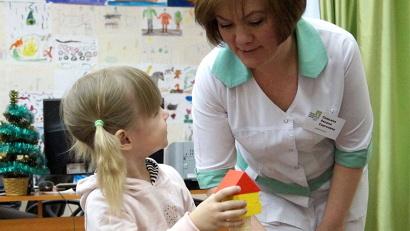 Дефектолог Оксана Семьина занимается со своей маленькой пациенткой
