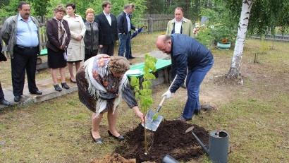 Игорь Орлов посадил «именное» дерево в посёлке Слобода