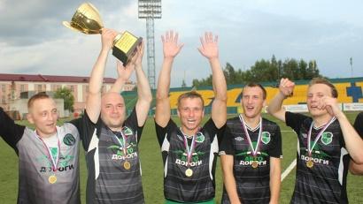 Команда-победитель с трофеем
