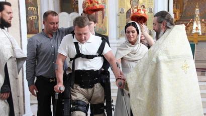 Сергей Рубинштейн, десять лет назад лишившийся возможности ходить из-за аварии, самостоятельно привёл к алтарю свою жену