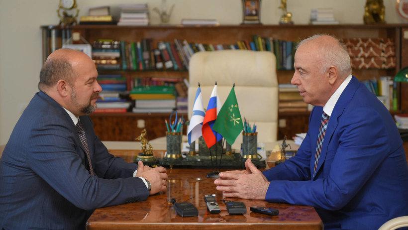 В ходе встречи Игорь Орлов и Аслан Тхакушинов обсудили перспективы сотрудничества регионов. Фото пресс-службы главы Республики Адыгея