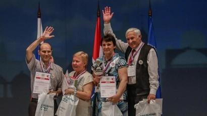 Команда Архангельской области (справа) получает заслуженные награды.