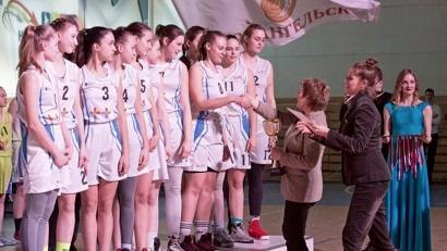 Награждение баскетбольной команды «Факел»: медали вручают олимпийская чемпионка Ирина Сумникова и Екатерина Прокопьева