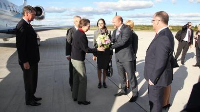 В аэропорту высокопоставленного гостя встретил губернатор Архангельской области Игорь Орлов с супругой