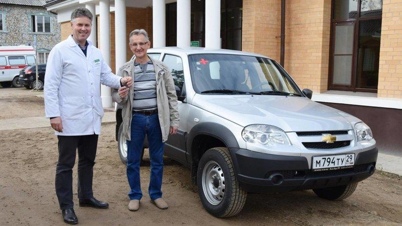 Главный врач Устьянской ЦРБ передает автомобиль в офис врача общей практики Бестужевской амбулатории