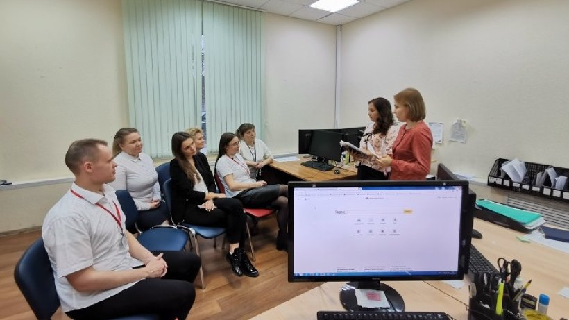 Обучающее занятие в отделении МФЦ по Вельскому району. Фото: ГАУ АО «МФЦ»