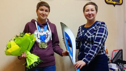 Елена Доценко торжественно вручила спортсменке факел эстафеты паралимпийского огня