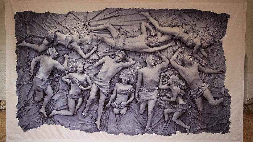 В центре выставки – фотопанно, на котором по образу древнегреческих статуй запечатлены молодые люди с утраченными частями тела