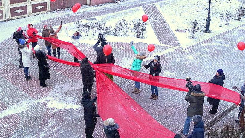 Старт неделе борьбы со СПИДом дал флешмоб «Красная ленточка» на Чумбаровке