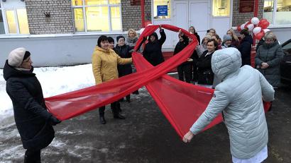 Красная ленточка – традиционный символ борьбы с ВИЧ