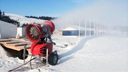 Снежные пушки намораживают снег на трассах...