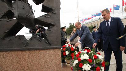 Игорь Орлов и Игорь Годзиш возложили к подножию монумента живые цветы