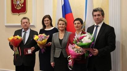 Заместитель губернатора Екатерина Прокопьева с обладателями почётного знака «За достижения в области качества»