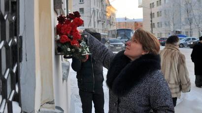 Возложение цветов к мемориальной доске Владимира Булатова на одном из корпусов САФУ