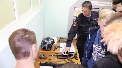 Желающие смогли представить себя в роли стража порядка, примерив бронежилет, специальную каску и взяв в руки автомат Калашникова