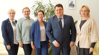 Диана Невзорова (крайняя справа) с министром Антоном Карпуновым и специалистами по паллиативной помощи