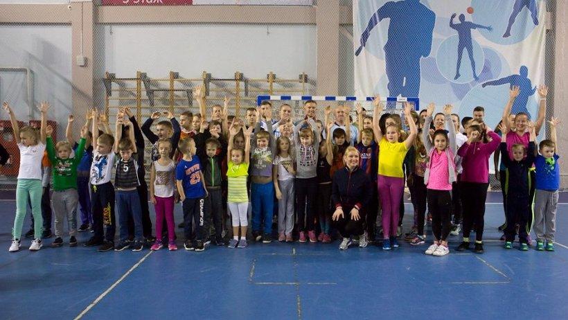 Ежегодно «Зарядка с чемпионом» собирает всё больше юных спортсменов