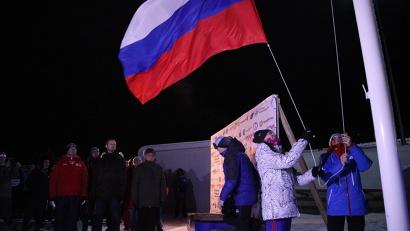 Почетное право поднять флаг России было доверено первым победителям гонок: Екатерине Мегедь и Павлу Соловьеву