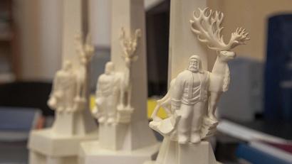 Главные призы «Достояния Севера» – уменьшенные копии памятника «Обелиск Севера», вырезанные из кости мамонта.