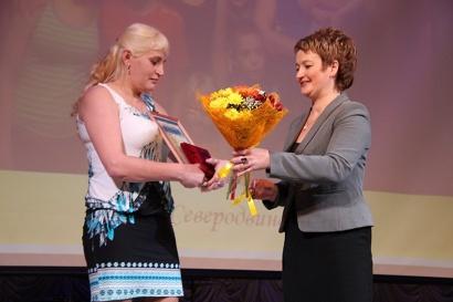 Заместитель губернатора Екатерина Прокопьева вручает областную награду «Материнская слава»