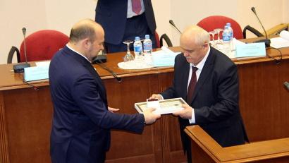Игорь Орлов вручил Сергею Герасимову почётную грамоту губернатора Архангельской области