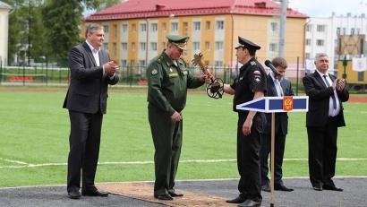 Начальник космодрома Плесецк Николай Нестечук получает символический ключ от стадиона. Фото Лилии Хлебниковой