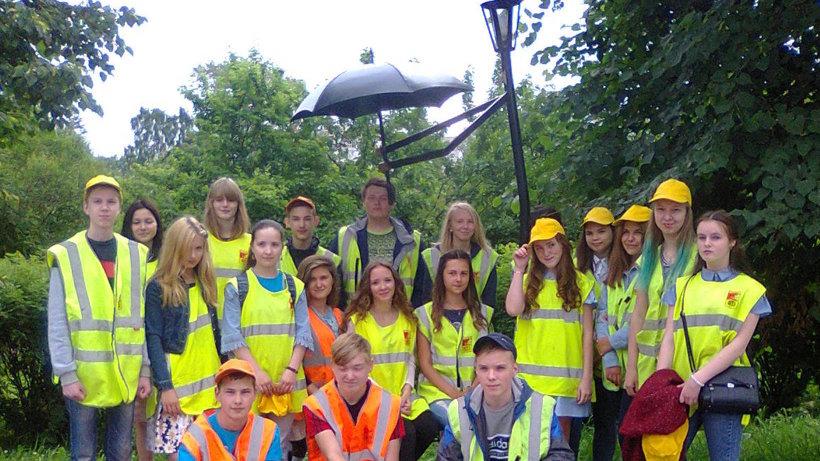 Во время летних каникул подростки Вельска занимались благоустройством города