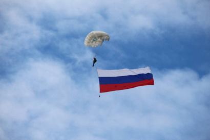 Авиашоу открыли парашютисты