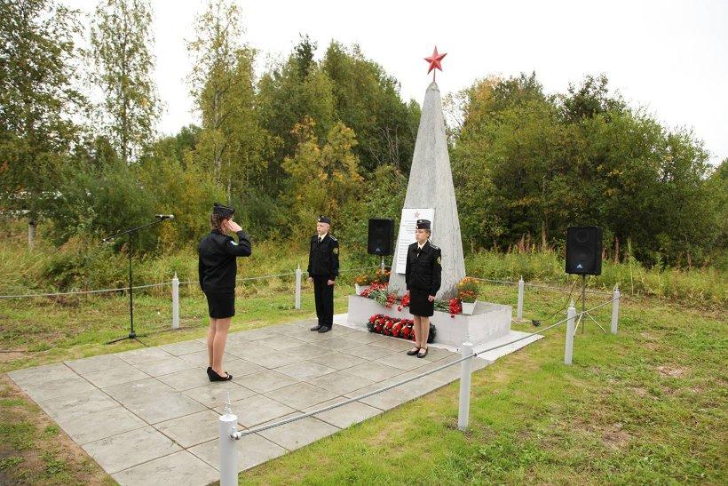 Почётный караул у обелиска защитникам Отечества