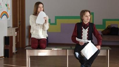 Роли исполняют воспитанники опорно-экспериментального реабилитационного центра и учащиеся образцового театра юношеского творчества