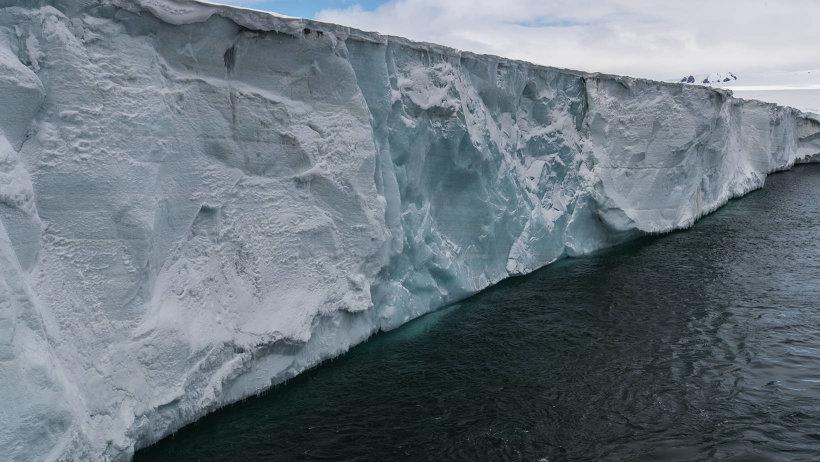 Очень многое открывается по мере деградации ледников. Фото Н. Гернета