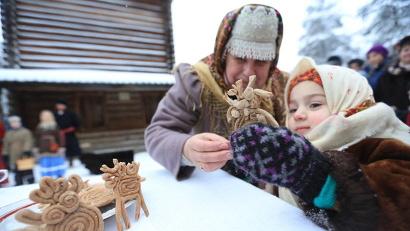 Северное рукоделие интересно не только маленьким гостям Поморья. Фото Николая Гернета
