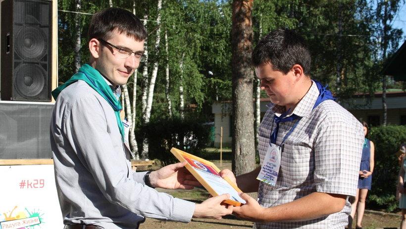 Сертификаты участникам вручил начальник управления по делам молодёжи и патриотическому воспитанию Григорий Ковалёв