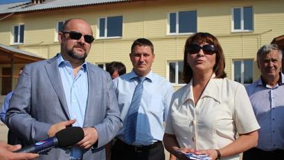 О реализации программы расселения аварийного жилья губернатору рассказала глава МО «Октябрьское» Надежда Харлашина